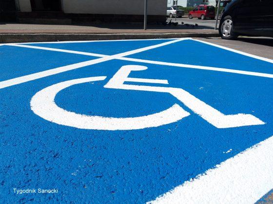 Nowe oznakowanie miejsc parkingowych dla niepełnosprawnych Sanok 1 560x420 - Nowe oznakowanie miejsc parkingowych dla niepełnosprawnych
