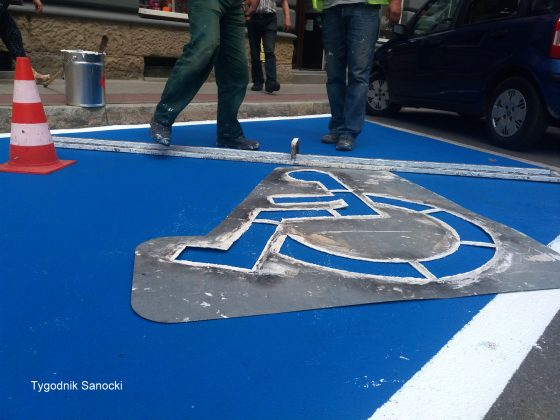 Nowe oznakowanie miejsc parkingowych dla niepełnosprawnych Sanok 2 560x420 - Nowe oznakowanie miejsc parkingowych dla niepełnosprawnych