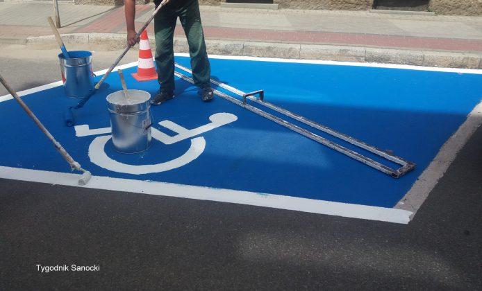Nowe oznakowanie miejsc parkingowych dla niepełnosprawnych Sanok 3 694x420 - Nowe oznakowanie miejsc parkingowych dla niepełnosprawnych