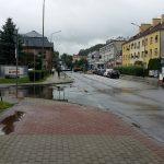 Sanok, wjazd do Kauflandu - kałuża
