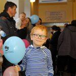 Korytarze szpitalne pełne kolorowych balonów i śmiechu dzieci