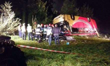 Tragiczny wypadek autokaru w Leszczawie – trzy osoby nie żyją