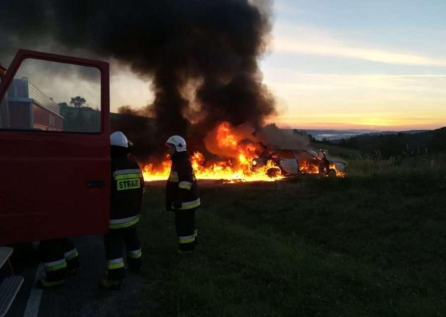 Pomogli mężczyźnie, którego samochód płonął