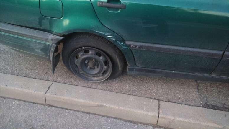 Volkswagen wjechał w betonowy przepust w Bliznem