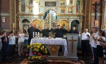Wielki święty  w maleńkiej cerkiewce