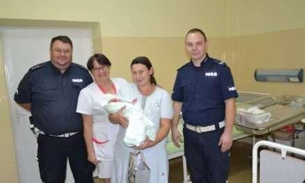 Policjanci eskortowali rodzącą kobietę