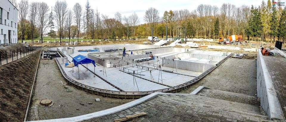 Na budowie kompleksu Centrum Rehabilitacji i Sportu w Sanoku rozpoczęto montaż zjeżdżalni na basenach zewnętrznych. Zapraszamy do obejrzenia galerii