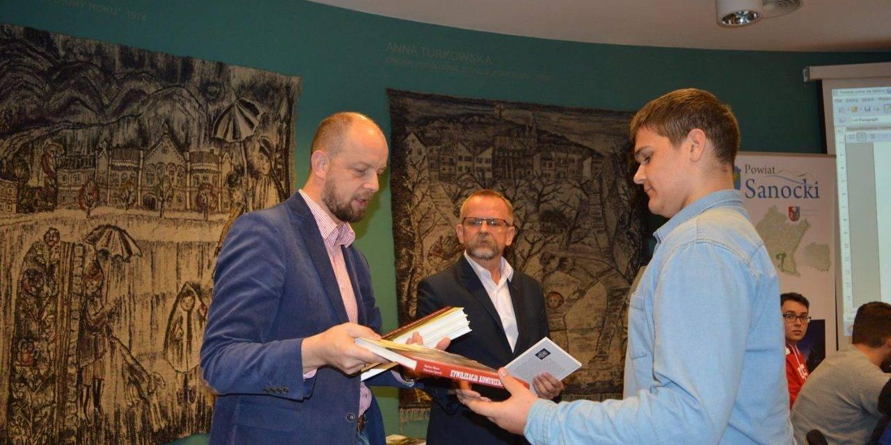 """Finał powiatowego konkursu historycznego """"Sanockie drogi do niepodległości"""""""