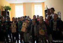Klasa II D z SP nr 4 w redakcji Tygodnika Sanockie z prezentem dla ptaków
