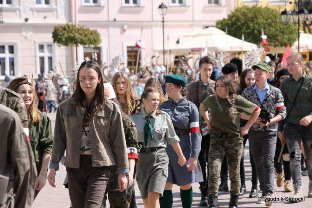 Uczniowie z powiatu sanockiego w Paradzie Niepodległości 1 630x420 - Uczniowie z powiatu sanockiego w Paradzie Niepodległości