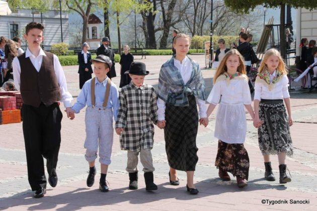 Uczniowie z powiatu sanockiego w Paradzie Niepodległości 17 630x420 - Uczniowie z powiatu sanockiego w Paradzie Niepodległości