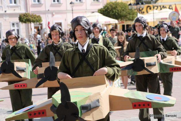 Uczniowie z powiatu sanockiego w Paradzie Niepodległości 19 630x420 - Uczniowie z powiatu sanockiego w Paradzie Niepodległości