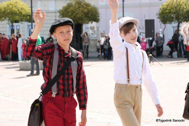 Uczniowie z powiatu sanockiego w Paradzie Niepodległości 4 630x420 - Uczniowie z powiatu sanockiego w Paradzie Niepodległości
