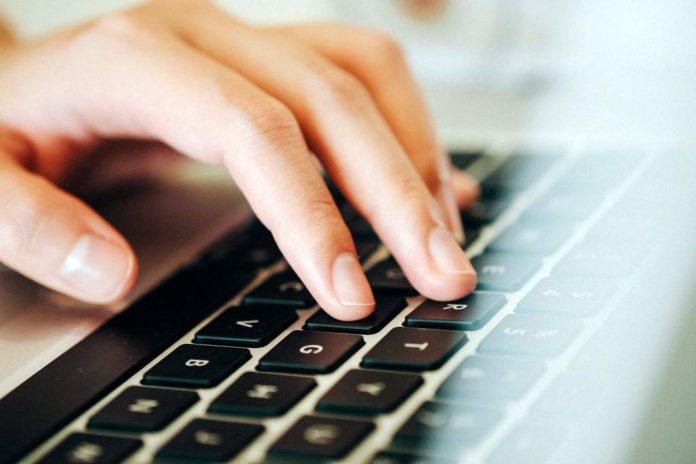 Miasto przekazało uczniom laptopy