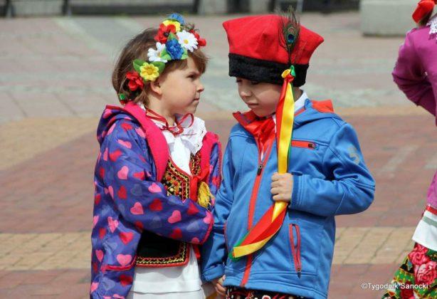 więto flagi sanok 10 614x420 - Święto flagi. Przedszkolaki z biało-czerwoną