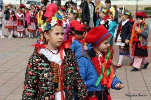 więto flagi sanok 11 300x200 - Święto flagi. Przedszkolaki zbiało-czerwoną