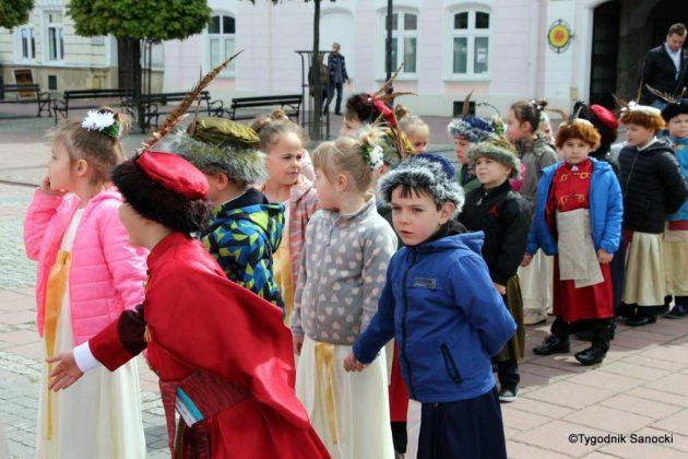 więto flagi sanok 12 630x420 - Święto flagi. Przedszkolaki z biało-czerwoną