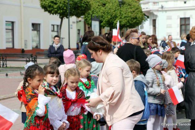 więto flagi sanok 14 630x420 - Święto flagi. Przedszkolaki z biało-czerwoną