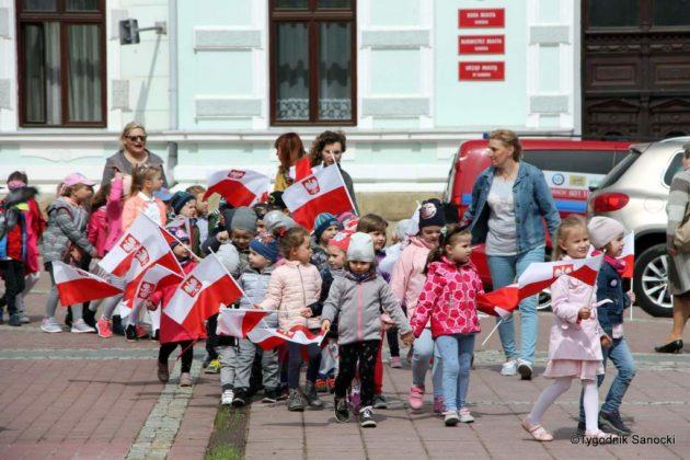 więto flagi sanok 15 630x420 - Święto flagi. Przedszkolaki zbiało-czerwoną