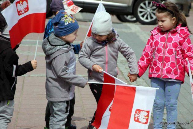 więto flagi sanok 16 630x420 - Święto flagi. Przedszkolaki z biało-czerwoną