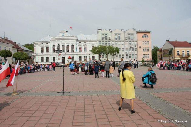 więto flagi sanok 17 630x420 - Święto flagi. Przedszkolaki z biało-czerwoną