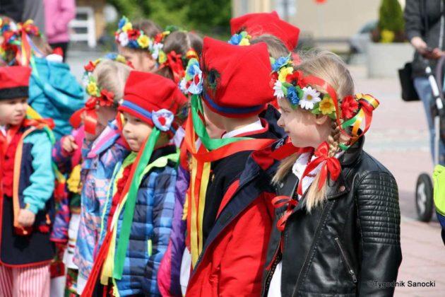 więto flagi sanok 18 630x420 - Święto flagi. Przedszkolaki z biało-czerwoną