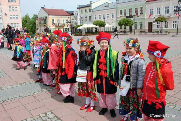 więto flagi sanok 20 630x420 - Święto flagi. Przedszkolaki z biało-czerwoną