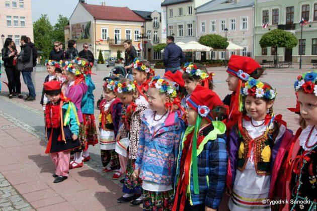 więto flagi sanok 21 630x420 - Święto flagi. Przedszkolaki z biało-czerwoną