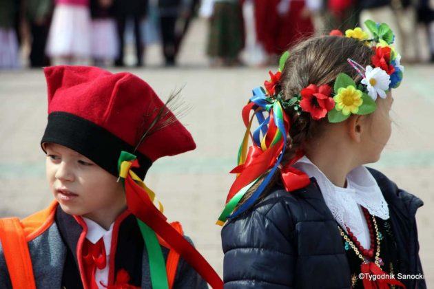 więto flagi sanok 22 630x420 - Święto flagi. Przedszkolaki z biało-czerwoną
