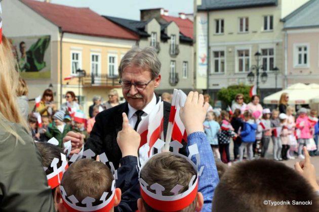 więto flagi sanok 23 630x420 - Święto flagi. Przedszkolaki z biało-czerwoną