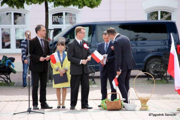więto flagi sanok 24 630x420 - Święto flagi. Przedszkolaki z biało-czerwoną