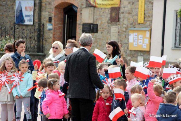 więto flagi sanok 25 630x420 - Święto flagi. Przedszkolaki z biało-czerwoną