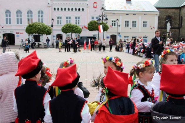 więto flagi sanok 27 630x420 - Święto flagi. Przedszkolaki z biało-czerwoną