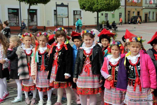 więto flagi sanok 3 630x420 - Święto flagi. Przedszkolaki z biało-czerwoną