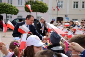 więto flagi sanok 30 300x200 - Święto flagi. Przedszkolaki z biało-czerwoną