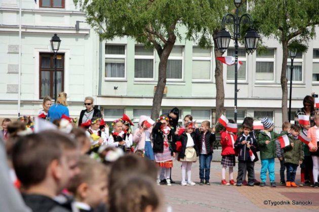 więto flagi sanok 32 630x420 - Święto flagi. Przedszkolaki zbiało-czerwoną