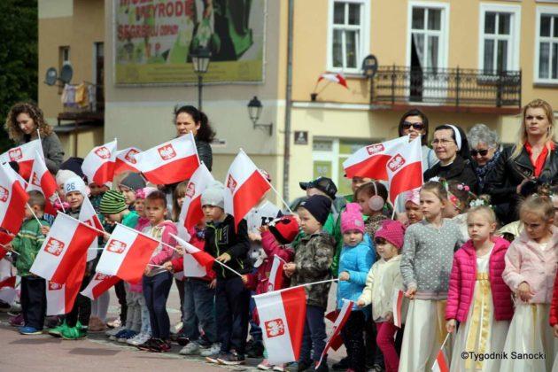 więto flagi sanok 33 630x420 - Święto flagi. Przedszkolaki z biało-czerwoną
