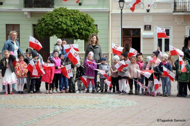 więto flagi sanok 36 630x420 - Święto flagi. Przedszkolaki z biało-czerwoną