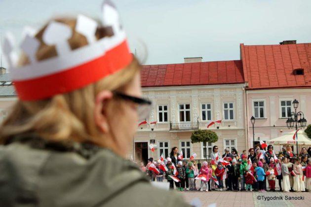 więto flagi sanok 37 630x420 - Święto flagi. Przedszkolaki z biało-czerwoną