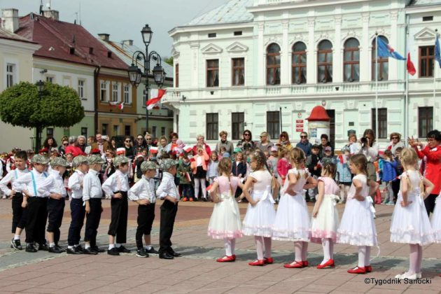 więto flagi sanok 38 630x420 - Święto flagi. Przedszkolaki z biało-czerwoną