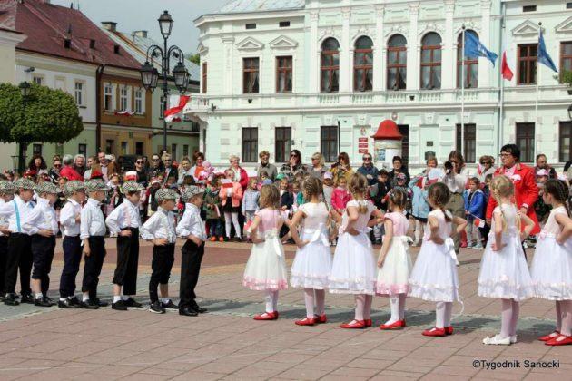 więto flagi sanok 39 630x420 - Święto flagi. Przedszkolaki z biało-czerwoną