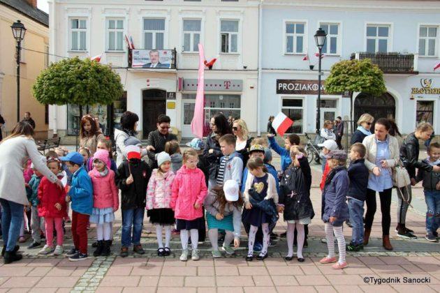 więto flagi sanok 4 630x420 - Święto flagi. Przedszkolaki z biało-czerwoną