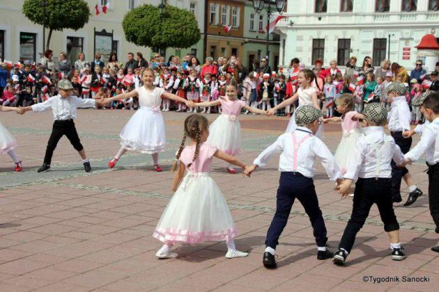 więto flagi sanok 42 630x420 - Święto flagi. Przedszkolaki z biało-czerwoną