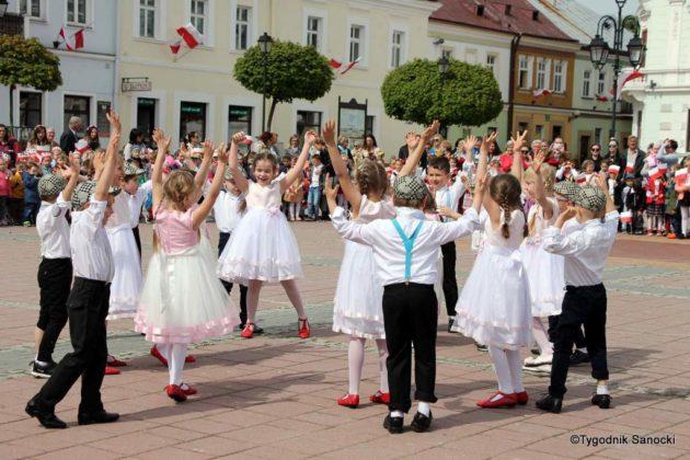 więto flagi sanok 44 630x420 - Święto flagi. Przedszkolaki z biało-czerwoną