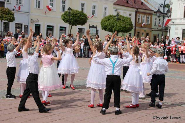 więto flagi sanok 45 630x420 - Święto flagi. Przedszkolaki z biało-czerwoną