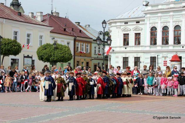 więto flagi sanok 46 630x420 - Święto flagi. Przedszkolaki z biało-czerwoną