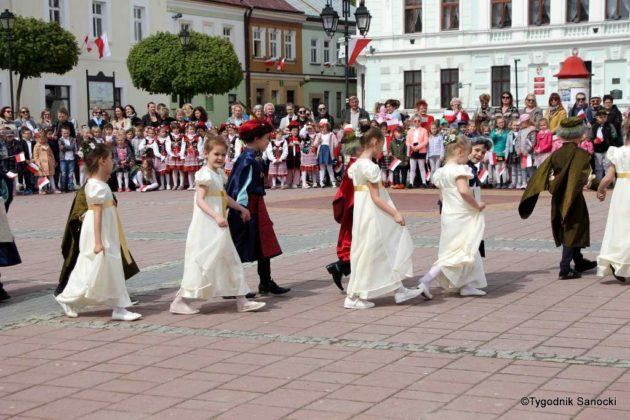 więto flagi sanok 47 630x420 - Święto flagi. Przedszkolaki z biało-czerwoną