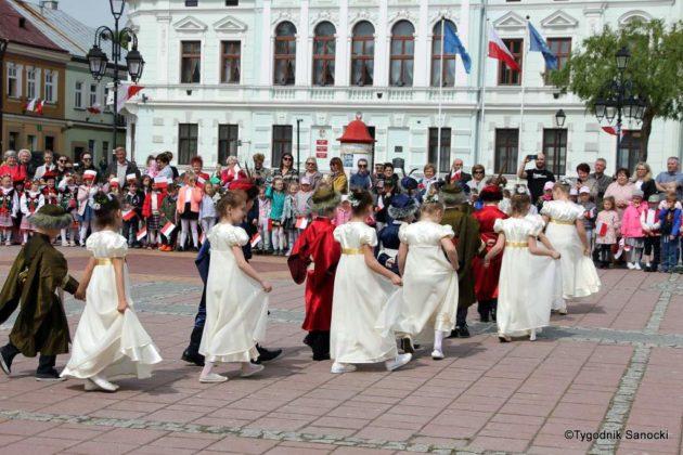 więto flagi sanok 48 630x420 - Święto flagi. Przedszkolaki z biało-czerwoną
