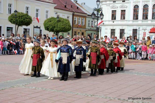 więto flagi sanok 49 630x420 - Święto flagi. Przedszkolaki z biało-czerwoną