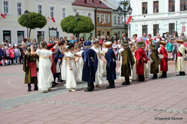 więto flagi sanok 50 630x420 - Święto flagi. Przedszkolaki z biało-czerwoną